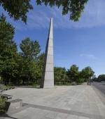 Obélisque en hommage à Charles de Gaulle, Olivier Debré